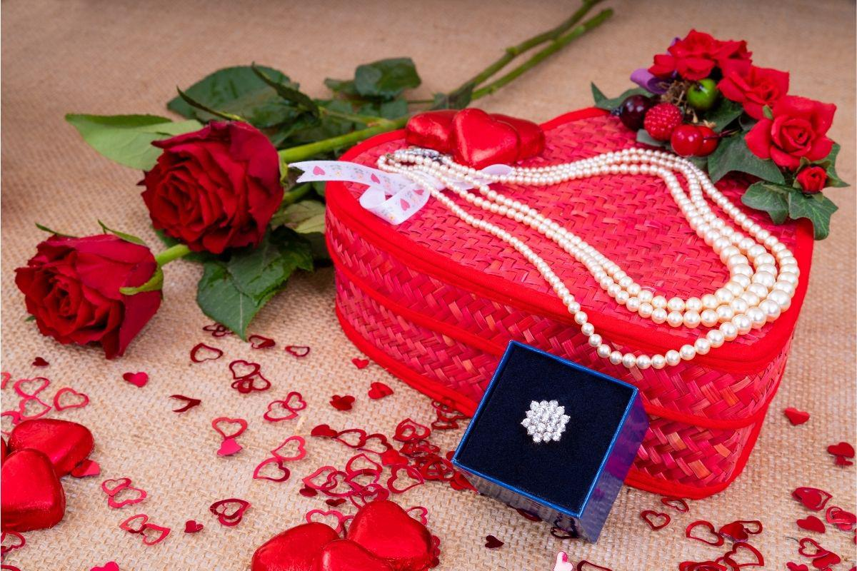 Should You Buy Valentine's Gifts Now or in February?